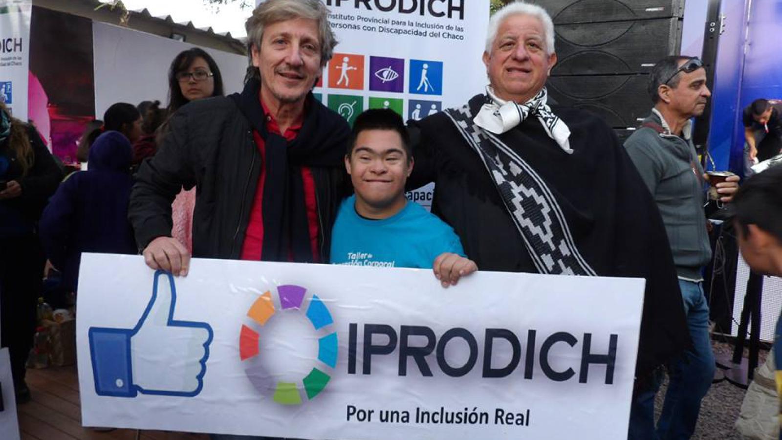 El presidente del IPRODICH junto a persona con discapacidad