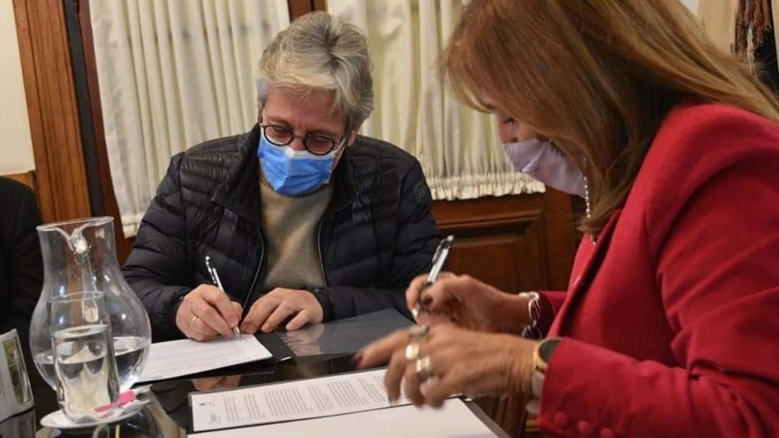 El presidente del IPRODICH Lorenzo firmando convenio de cooperación con Veiravé, rectora de la UNNE
