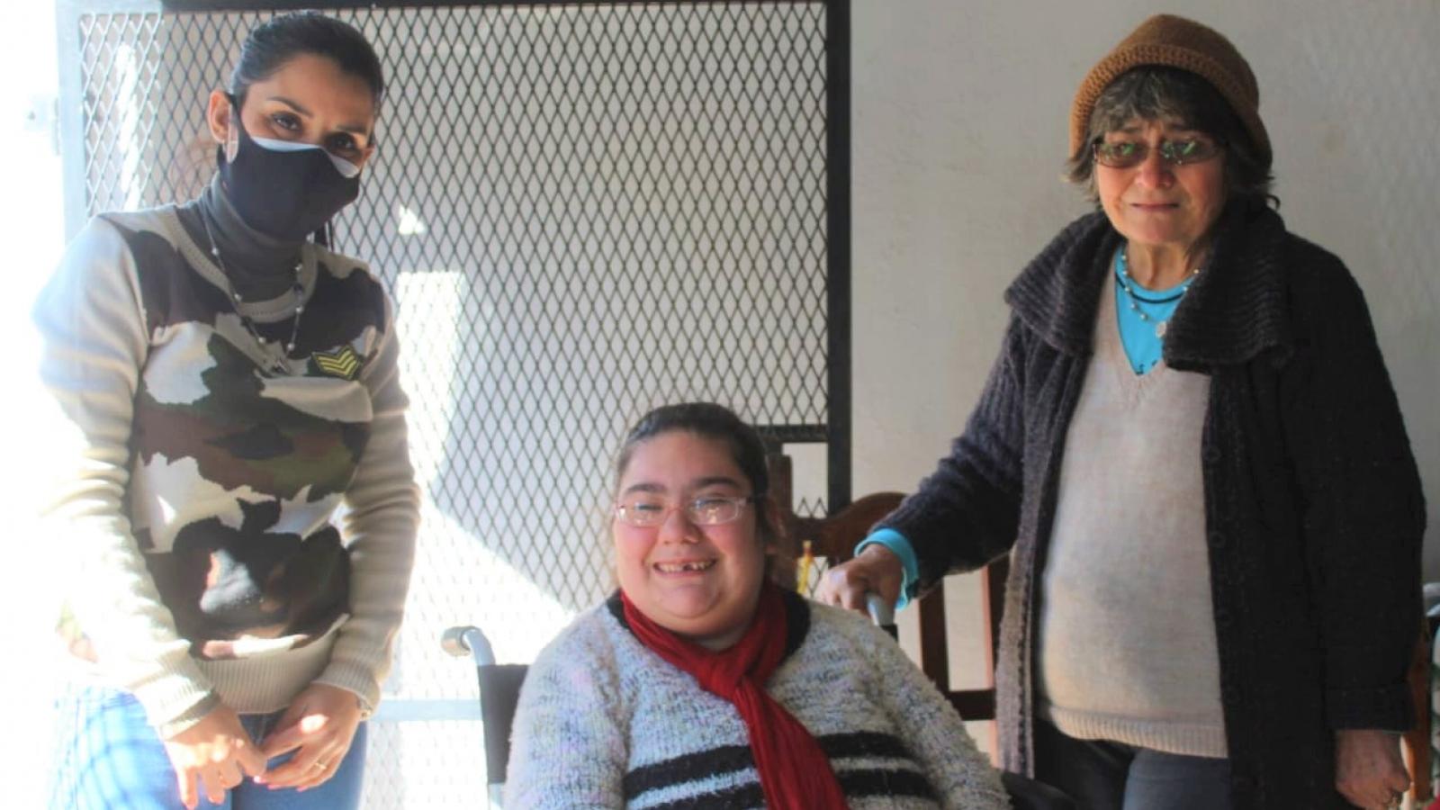 Beneficiaria de Margarita Belén sonriendo frente a la cámara con su nueva silla de ruedas
