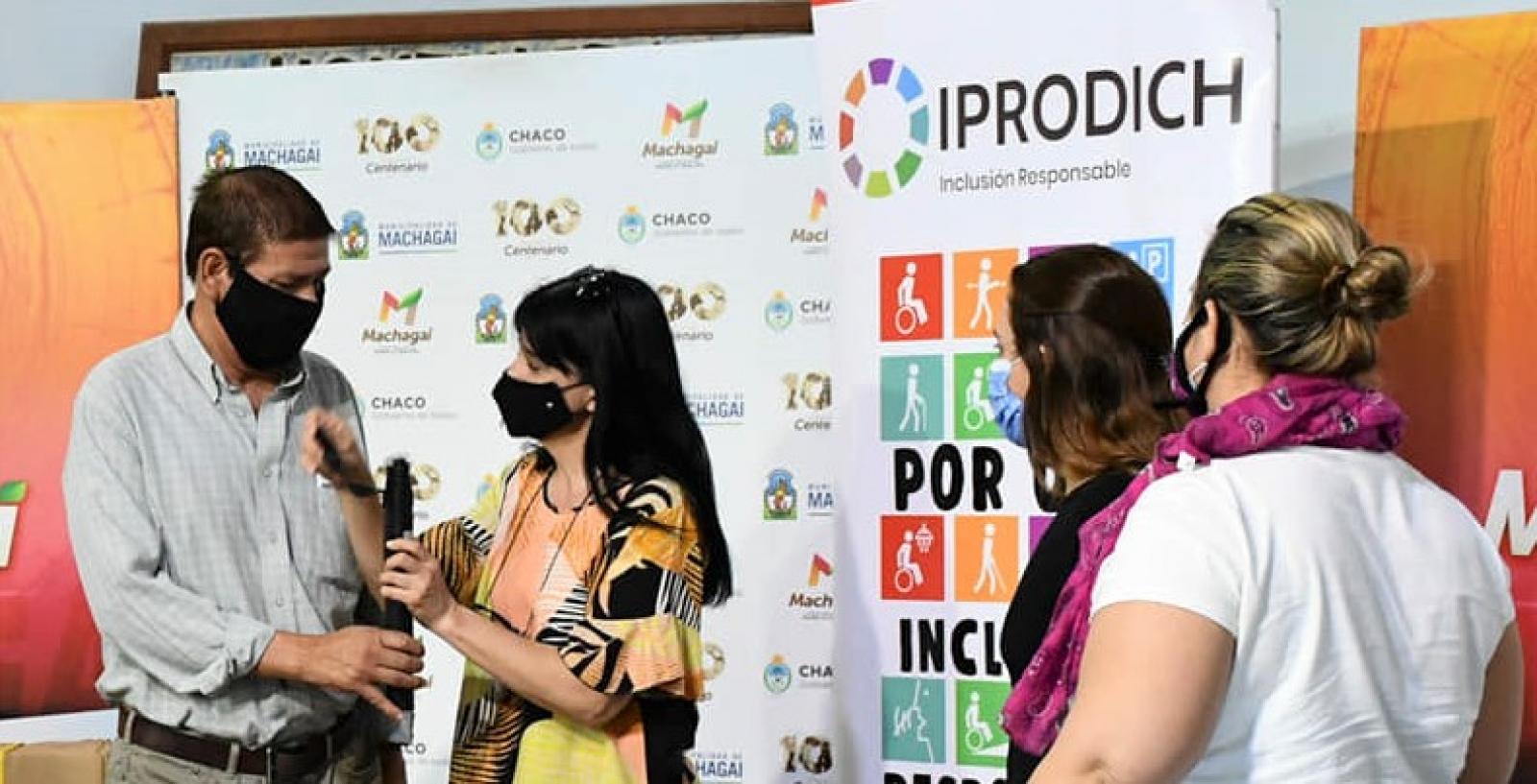 Persona con discapacidad visual recibiendo un bastón