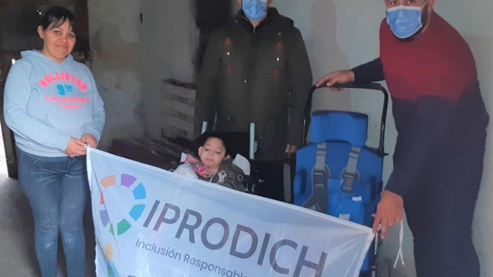 Equipo del IPRODICH haciendo entrega de una silla de ruedas postural
