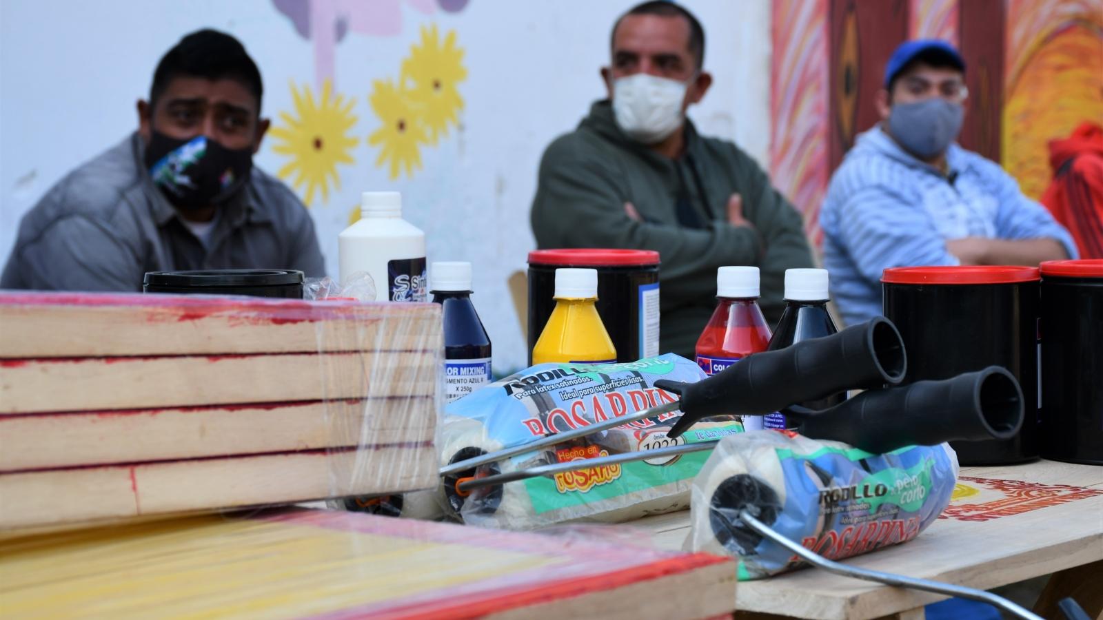 Materiales varios, como pinturas, pinceles, entre otros, entregados a organizaciones de discapacidad para impulsar el trabajo