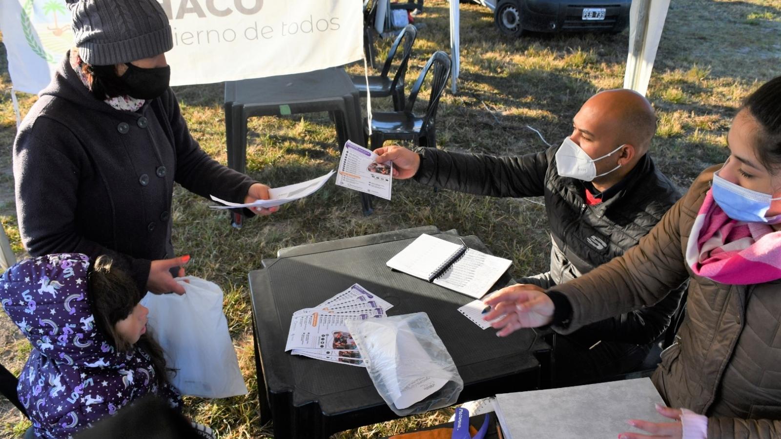 Trabajadores del IPRODICH brindando folletos a interesados