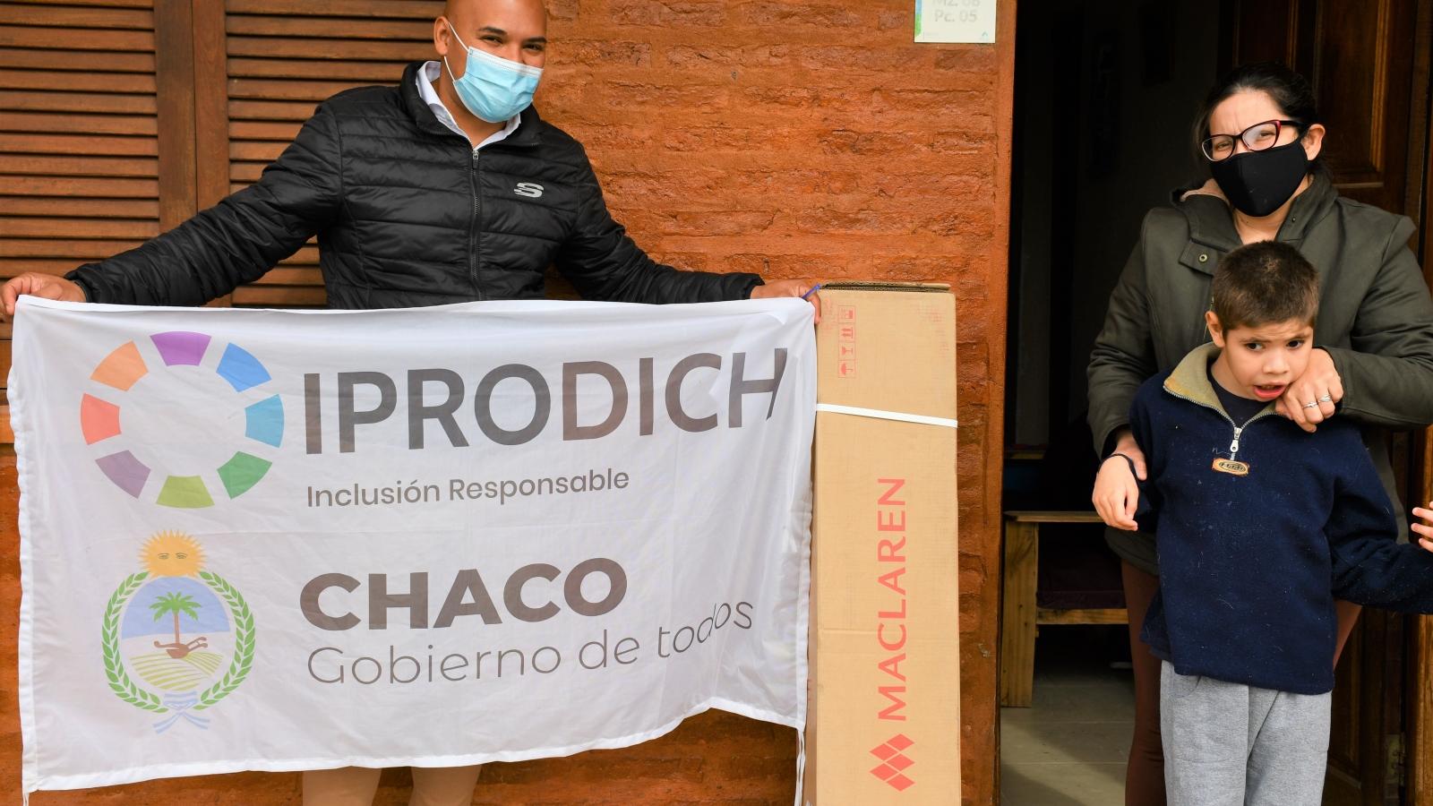 Trabajador del IPRODICH entrega un cochecito a beneficiarios