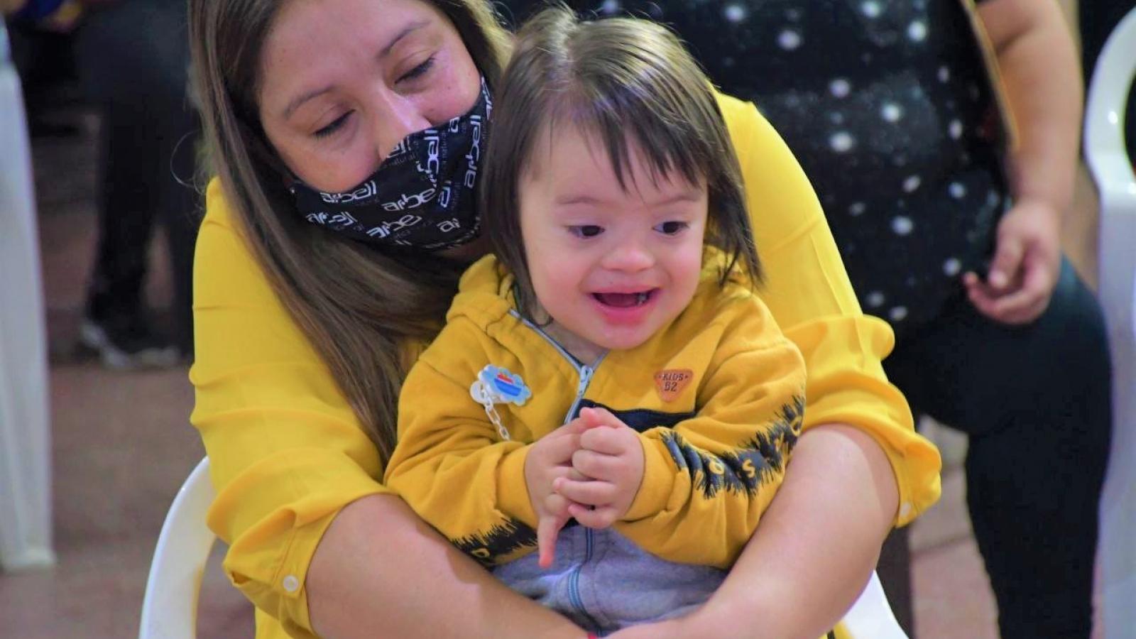 Nena con síndrome de down riendo